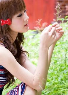 台湾网络人气美女果子MM彩条连衣裙图片