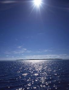 波光粼粼的海面图片