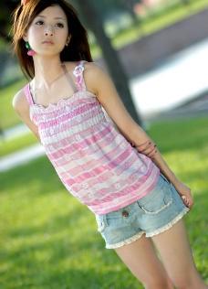 台湾网络人气美女果子MM粉色条纹T恤图片