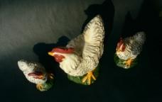 三只陶瓷公鸡图片