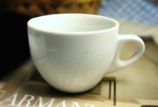简洁的纯白咖啡杯图片